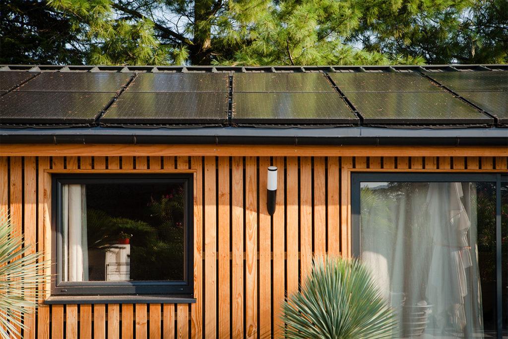 Maison écoresponsable en bois avec panneaux solaires