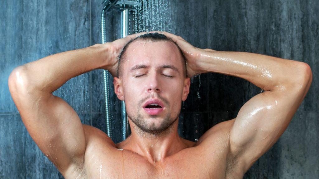 Faire pipi sous la douche